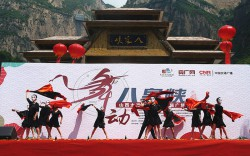 The first square dance competition of Taihang Mountain Grand Canyon in Shanxi opened in the scenic spot of Baquanxia