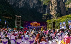 """""""Singing in the landscape, drunken beauty of the Eight Springs Gorge"""" large-scale concert is held"""
